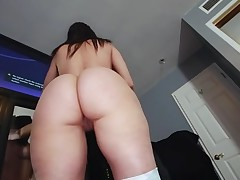 Boyfrend oils butt of glamorous honey previous to banging her fur pie